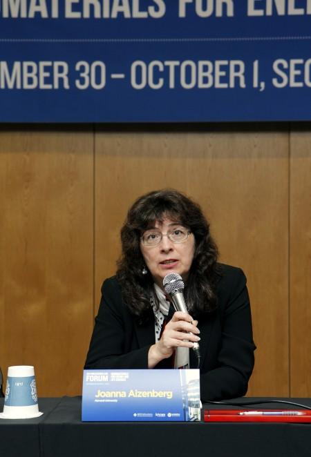 조안나 아이젠버그 미국 하버드대 교수는 30일 연세대에서 개최한 기자간담회에서 기초과학 성과를 상용화하기 위해 전문 기관의 도움이 필요하다고 말했다. 윤신영 기자