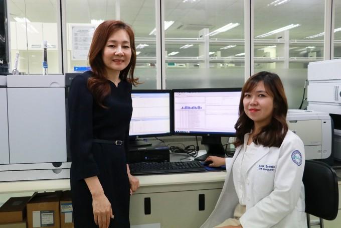 김은경 DGIST 뇌·인지과학전공 교수(왼쪽), 김설송 석박사통합과정 연구원이 뇌세포 조절을 통해 비만을 치료할 가능성을 제시했다. DGIST 제공