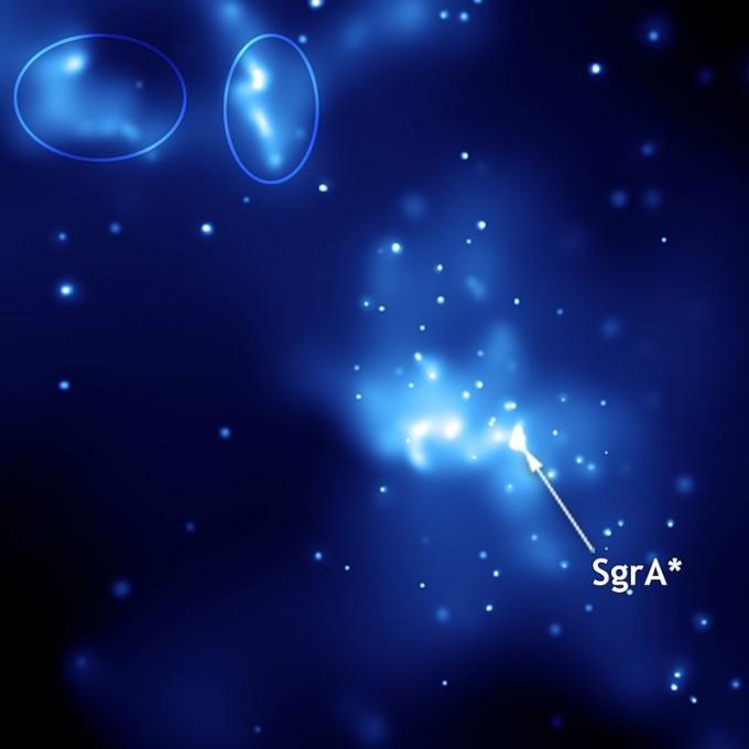 미국항공우주국(NASA)의 찬드라X선망원경으로 관측한 사수자리A별(화살표)의 모습. NASA 제공
