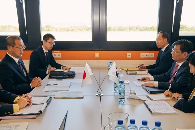 엄재식 원자력안전위원회 위원장(오른쪽 두번째)은 18일 오스트리아 빈에서 토요시 후케타 일본 원자력규제위원회 위원장(왼쪽 첫번째)과 양자회의를 하고 있다. 원자력안전위원회 제공.
