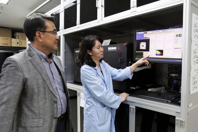 경기 용인시에 위치한 경희대 광전소재소자분석 전문센터에서 김성수 센터장(왼쪽)과 연구원이 분석장비로 유기발광다이오드(OLED)의 빛 특성을 측정하고 있다. 용인=윤신영 기자