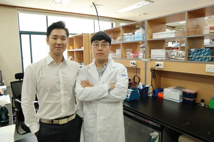 정인경(왼쪽) KAIST 생명과학과 교수와 빙 렌 미국 샌디에이고 캘리포니아대 분자생물의학과 교수 연구팀이 27개 인체 조직의 3차원 게놈 지도를 분석해 치매, 심혈관계 질환 등 포함한 2만7000여개의 유전변이를 예측하는데 성공했다. 오른쪽은 함께 연구에 참여한 이정운 박사과정생이다. KAIST 제공