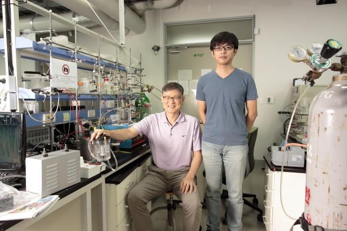 백종범 UNIST 교수(왼쪽)와 이번 연구를 주도한 펑리 연구원. UNIST 제공.