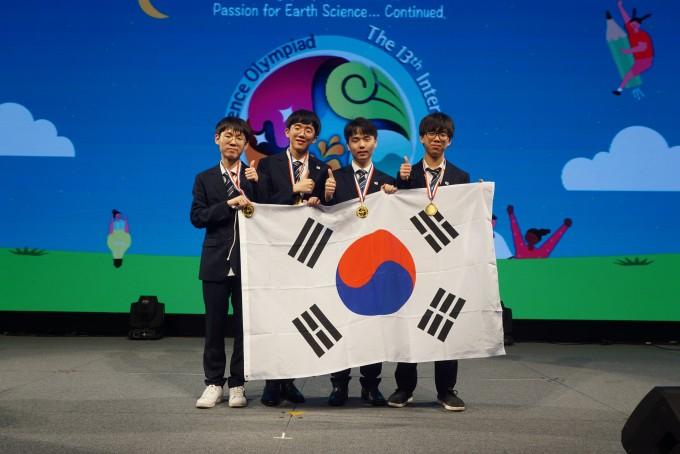 한국대표단이 대구에서 열린 국제지구과학올림피아드에서 종합 1위를 달성했다. 왼쪽부터 정동민(낙생고 2), 남호성(대구일과학고 3), 김지훈(경남과학고 3), 최민우(경기과학고 3) 군. 한국과학창의재단 제공
