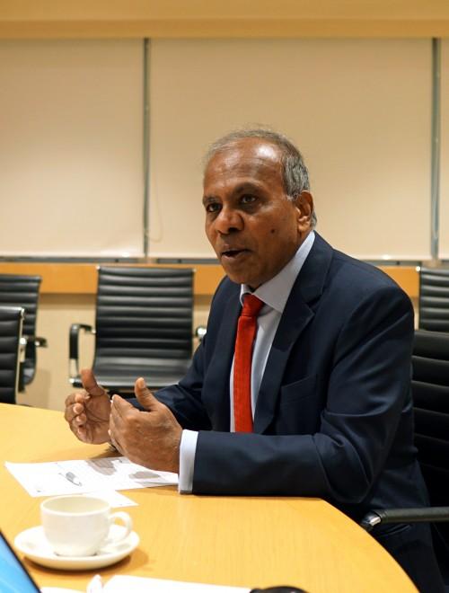 8월 27일, 싱가포르 난양공대에서 기자들을 만난 서브라 수레시 총장이 난양공대의 성장 전략에 대해 이야기하고 있다. 신수빈 기자