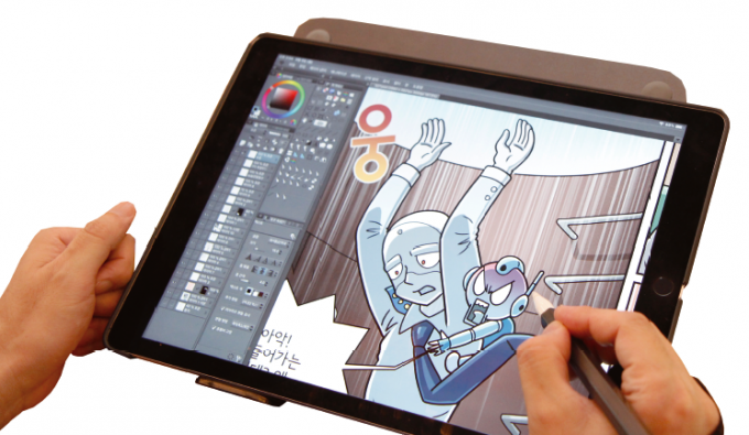 인공지능 마이보를 태블릿으로 그리고 있다. 어린이과학동아DB
