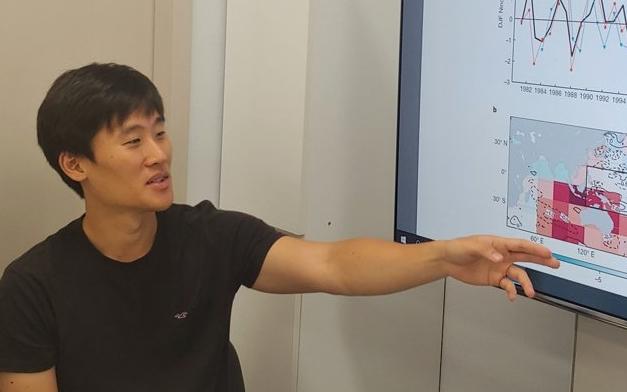 함유근 전남대 지구환경과학부 교수가 AI를 이용한 엘니뇨 예측 결과를 설명하고 있다. 광주=조승한 동아사이언스 기자 shinjsh@donga.com