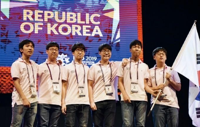 2019 IMO는 7월 11일부터 22일까지 영국 바스대학교에서 열렸다. 한국 대표단은 6명 전원 금메달을 땄다. 아쉽게 공동 우승팀인 미국과 중국에 1점 차이로 밀려 종합 3위를 차지했다. 한국IMO 대표단