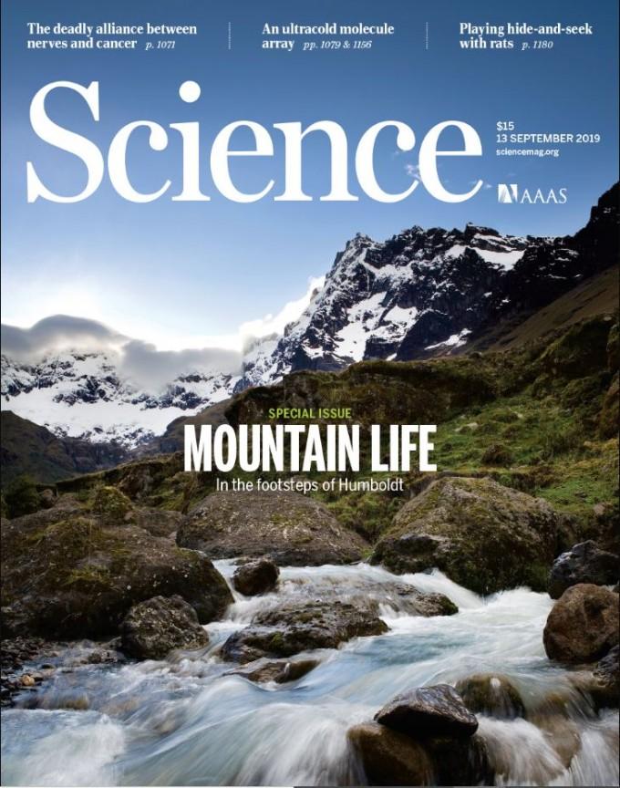 국제학술지 '사이언스'는 맑고 파란 물이 흐르는 산의 모습을 이번주 표지로 실었다. 사이언스 제공
