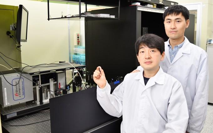 정보수 한국전기연구원 전기의료기기연구센터 선임연구원(왼쪽)과 이병학 선임연구원이 펨토초 레이저 장비 앞에서 레이저를 활용해 가공한 티타늄 소재를 들어 보이고 있다. 한국전기연구원 제공