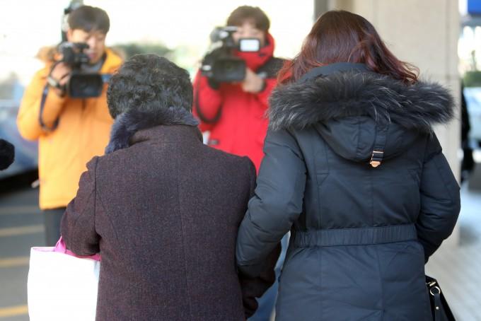 16년간 장기 미제 사건이었던 ′나주 드들강 여고생 살인′ 1심 선고 공판이 열린 지난 2017년 12 12월 피해자 유족이 광주 동구 지산동 광주지방법원을 나서고 있다. 재판부는 이날 강간 등 살인 혐의로 기소된 김모씨에게 무기징역을 선고했다. 연합뉴스 제공