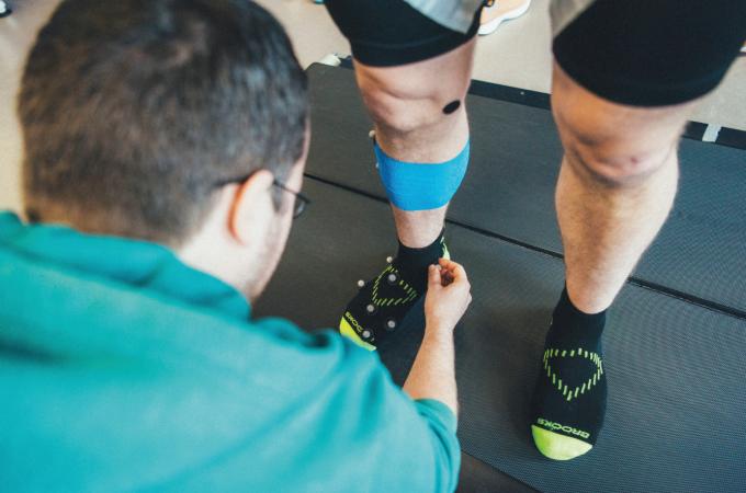 정확한 분석을 위해 발과 다리에 센서를 붙이고 시험한다. Brooks Running 제공