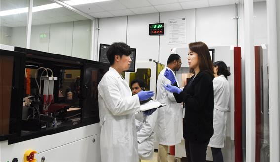 윤희숙 책임연구원(오른쪽)과 연구팀원들이 3D프린팅 결과에 대해 토의하고 있다. 재료연구소 제공.