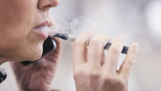 최근 액상형 전자담배로 인한 폐손상 및 사망사례가 잇따라 보고되자 정부가 액상형 전자담배를 사용하지 말 것을 강력 권고했다. 게티이미지뱅크