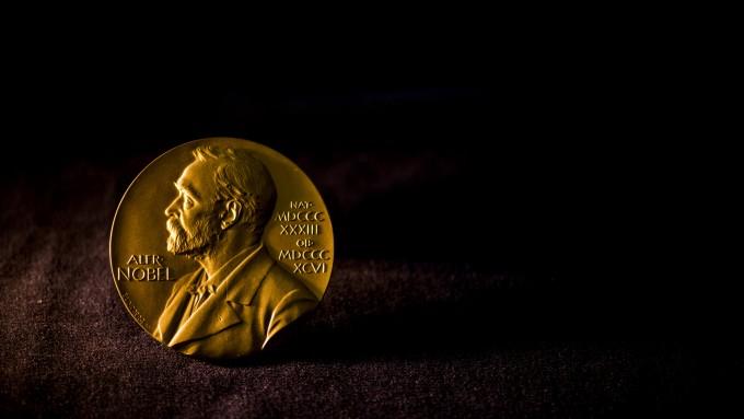 노벨상 수상자가 7일부터 공개된다. 최근 노벨상 수상자의 수상 업적 수행시기와 수상 나이가 과거에 비해 높아졌다는 분석이 나온다. 하지만 예외적인 경우는 언제나 있다. 노벨위원회 제공