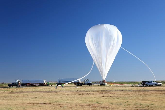 9월 18일, 미국 뉴멕시코주의 미국항공우주국(NASA) 과학실험장에서 기구를 준비하고 있다. 지름 120m의 거대한 기구가 코로나그래프를 40km 상공까지 끌어올려 태양을 관측하게 한다. 한국천문연구원 제공