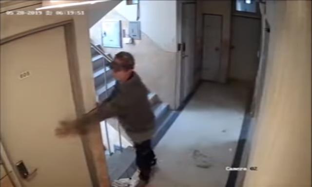 지난 5월 귀가하는 여성을 노려 닫히는 문을 강제로 열려 시도한 ′신림동 원룸′ 사건으로 치안 우려가 커지는 가운데 이를 막을 수 있는 ′안심귀가 도어락′이 과학치안 아이디어 공모전 최우수상을 받았다. 유튜브 캡처