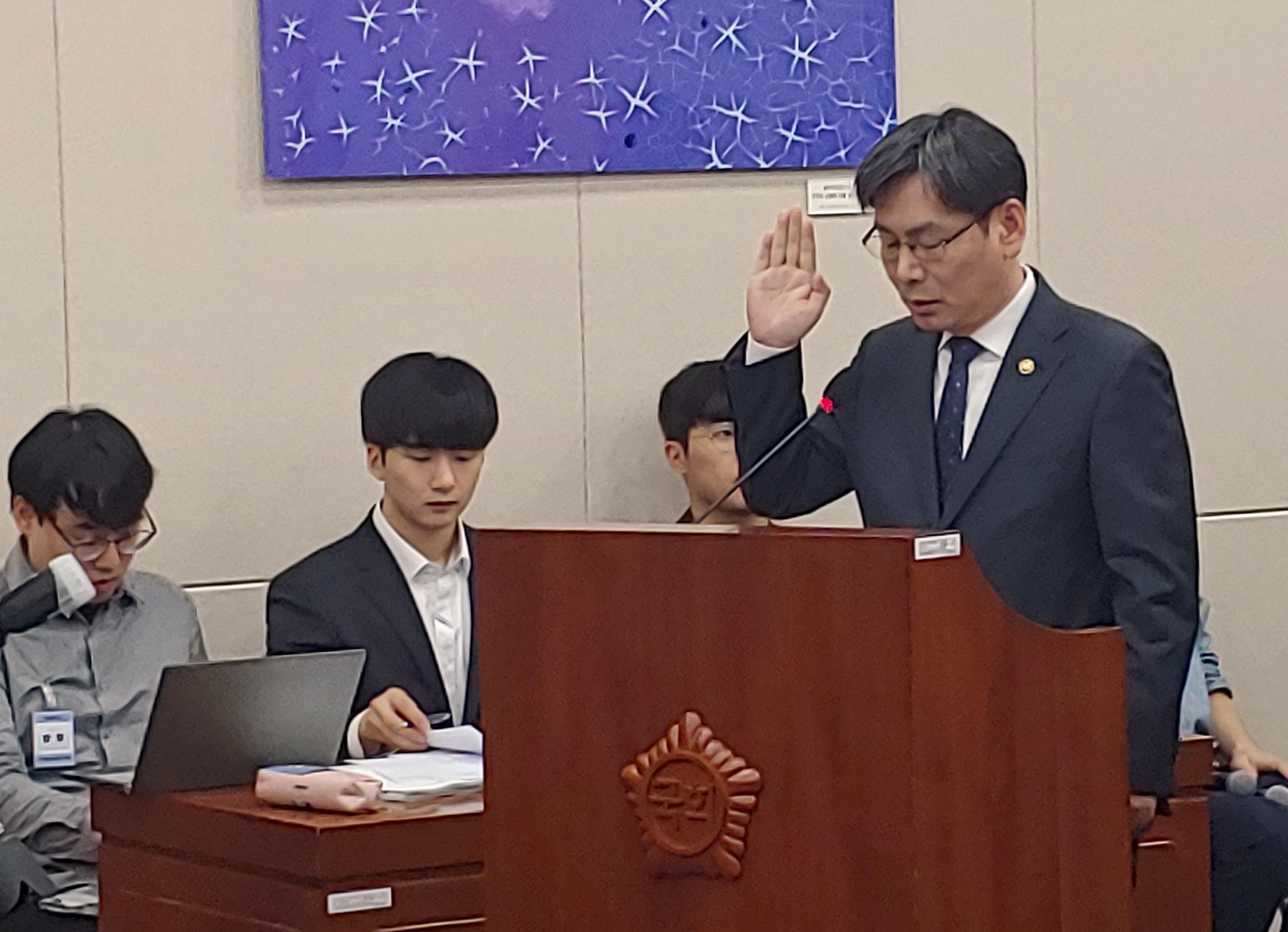 엄재식 원자력안전위원회 위원장이 과방위 국정감사에 앞서 선서를 하고 있다. 조승한 기자 shinjsh@donga.com