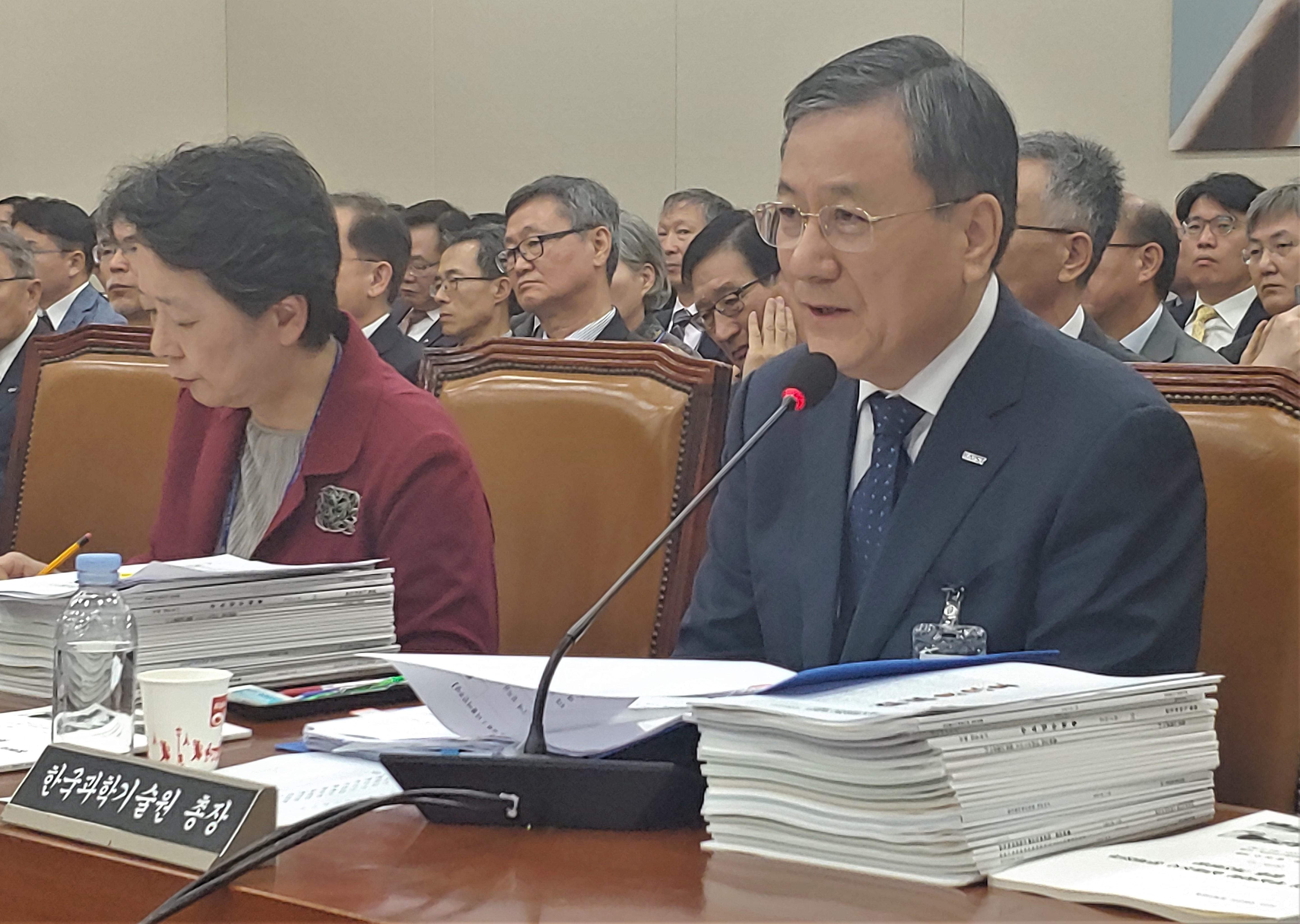 신성철 KAIST 총장이 의원들의 질의에 답하고 있다. 조승한 기자 shinjsh@donga.com
