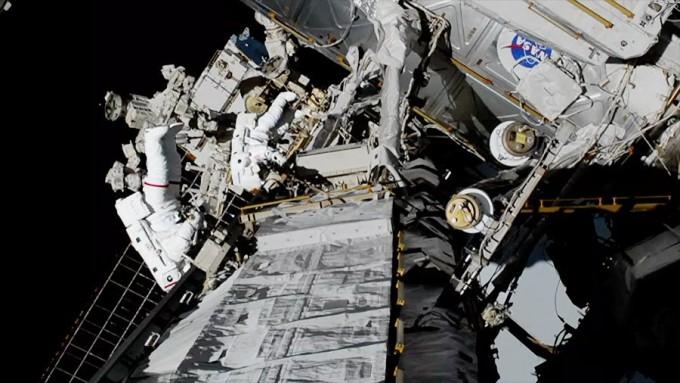 미국의 여성 우주인 크리스티나 코흐와 제시카 메이어가 실제로 우주유영을 하는 모습이다. NASA 제공