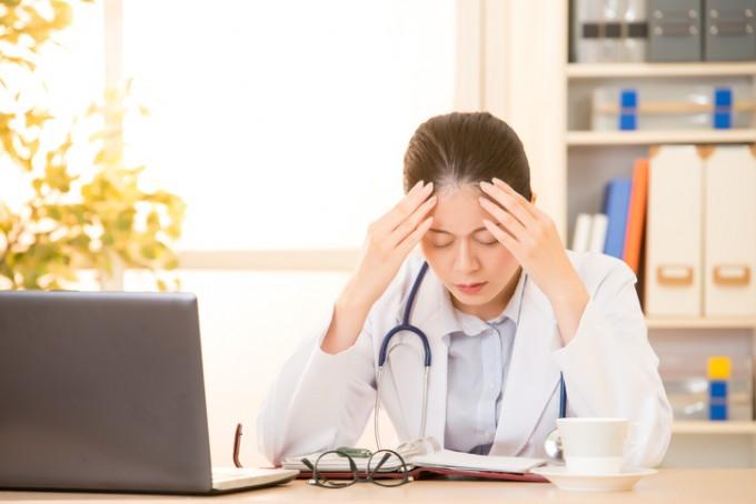 국내 소화기내과 의사들이 ′직장인 스트레스 만성피로 증후군′, 일명 ′번아웃′이 심각한 수준인 것으로 나타났다. 번아웃은 의욕적으로 일에 몰두하던 사람이 지속적인 업무와 스트레스로 육체적, 정신적으로 피로가 쌓이고 무기력, 의욕상실, 분노, 불안감 등을 느끼는 증상이다. 게티이미지뱅크 제공
