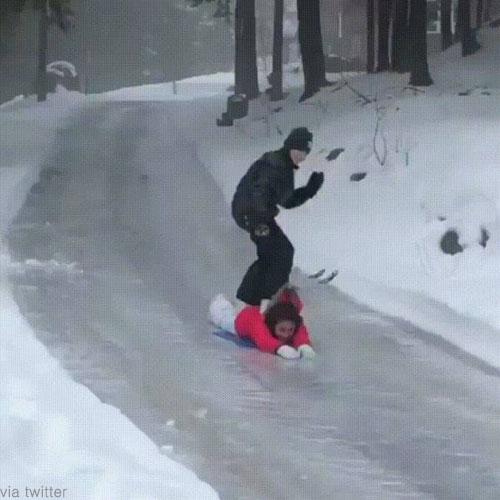 '얼음 위에서 사람 타고 놀기' 눈길