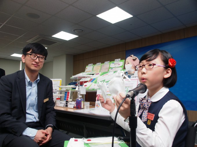 신채린 학생이 자신의 발명품을 설명하고 있다. 세종=윤신영 기자