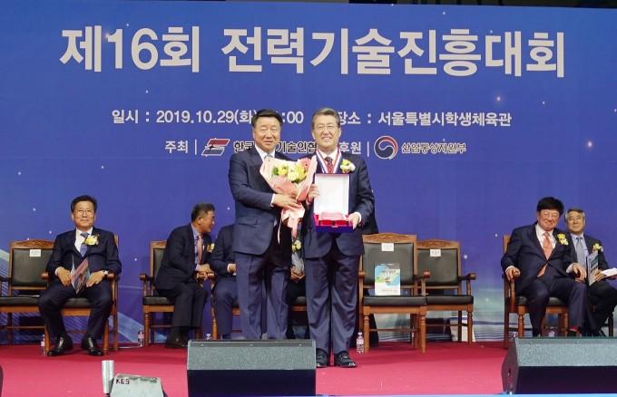 김선복 한국전기기술인협회 회장(왼쪽)이 최규하 한국전기연구원장(오른쪽)에 자랑스러운 전기인상을 시상하고 있다. 한국전기연구원 제공