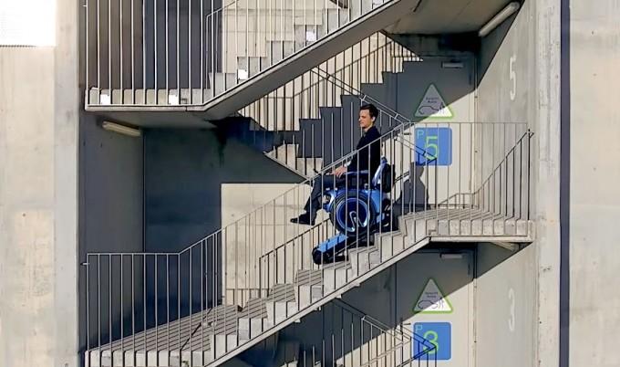스위스 취리히연방공대와 취리히예술대 공동연구팀이 휠체어의 원 바퀴 한 쌍 사이에 컨베이어밴드처럼 길게 돌아가는 고무 보조바퀴 한 쌍을 더 달아 개발한 ′스큐보′. 편평한 곳에서는 둥글고 커다란 원바퀴로 다니지만 계단이나 오르막길, 내리막길에서는 기다란 보조바퀴를 이용해 안전하게 이동한다. 스큐보 홈페이지 제공