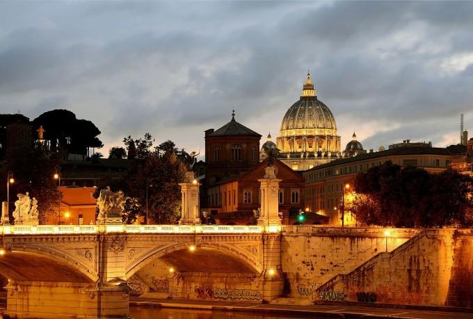 """유럽의 많은 도시들은 나트륨등으로 거리나 건축물을 비춘 야경이 인상적이다. 사진은 로마의 비또리오 에마누엘레 2세 다리의 전경이다. 지난 2017년 이탈리아 로마시는 전기료 절감 명분으로 나트륨등을 LED등으로 바꾸는 정책을 시행해 시민들로부터 """"끔찍하다""""는 강한 항의를 받았다. 위키피디아 제공"""