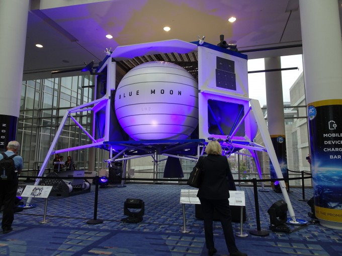 블루오리진은 지난 5월 달 표면에 화물을 운송하는 블루문 프로젝트에 사용될 착륙선을 공개했다. 사진은 21일 미국 워싱턴DC에서 개막한 2019 국제우주대회장에 전시된 블루문 랜더 모형. 워싱턴=박근태 기자 kunta@donga.com