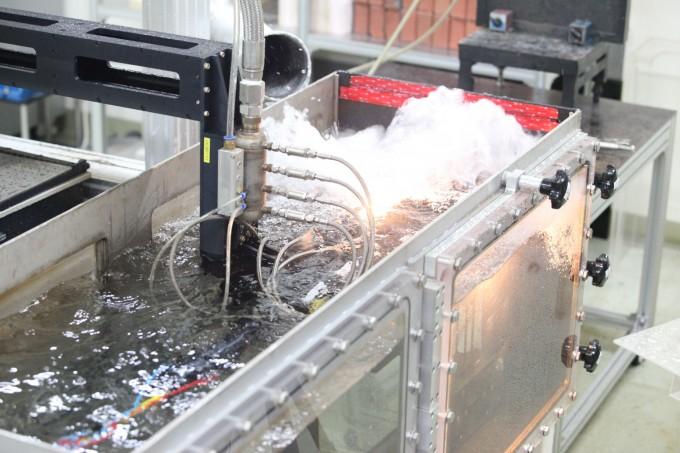 신재성 한국원자력연구원 양자광학연구부 선임연구원과 오승용 선임연구원팀은 해외기술보다 성능이 4배 이상 향상된 원전 설비 해체용 레이저 절단기술을 개발했다. 연구팀이 개발한 레이저는 초음파 장치를 장착해 수중에서도 레이저가 지나갈 길을 만들며 빠른 속도로 설비를 절단할 수 있다. 한국원자력연구원 제공