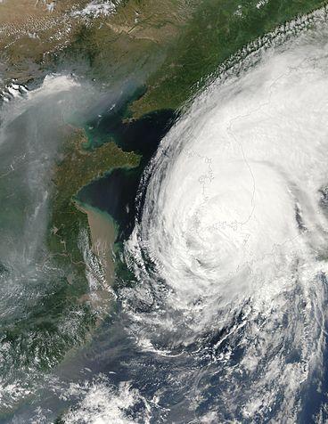 2002년 8월 30일에서 9월 1일에 걸쳐 태풍 루사가 한반도를 천천히 관통하며 바람과 함께 엄청난 비를 뿌려 5조 원이 넘는 재산피해를 냈다. 8월 31일 위성사진으로 한반도 전체가 태풍에 덮여 있다. NASA 제공