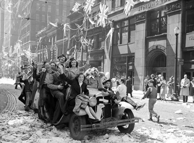 2차 세계대전이 끝나고 환호하는 영국 시민들의 모습. 과거 시대의 행복 정도를 출판물을 통해 분석할 수 있다는 연구결과가 발표됐다. 위키미디어 커먼스 제공