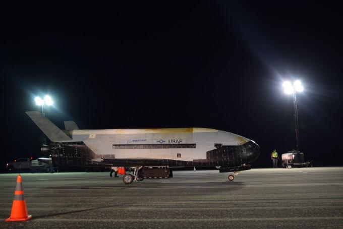 미국의 우주비행선 ′X-37B′가 이달 27일 미국 플로리다주 케네디 우주센터에 착륙한 모습이다. 미국 공군 제공