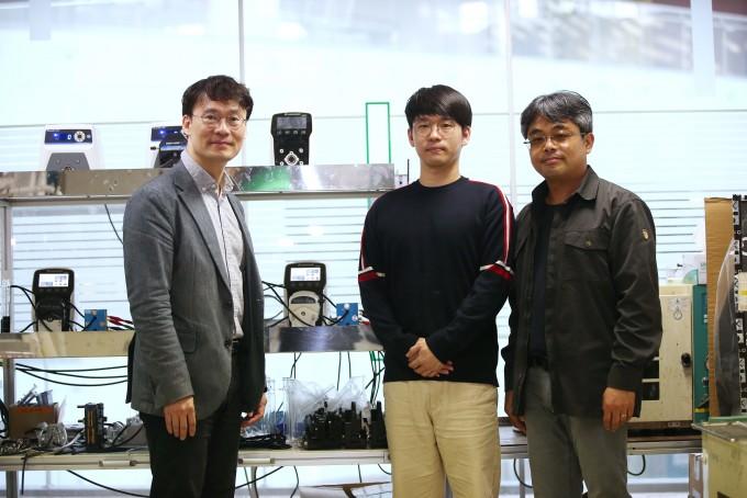 왼쪽부터 KAIST 김희탁 교수, 허지윤 박사과정, KIER 이신근 박사   KAIST 제공