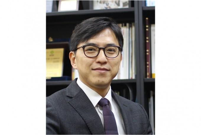 김현우 KAIST 화학과 교수 연구팀은 핵자기공명(NMR) 분광분석기로 광학이성질체의 구조를 분석하는 기술을 개발했다고 9일 밝혔다. KAIST 제공