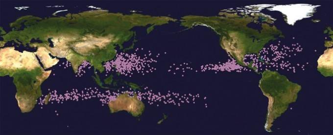 1982~2012년 발생한 열대성저기압의 전성기(최대 세기) 지점을 보여주는 지도다. 지구온난화로 30년 사이 최대 세기 지점의 평균 위도가 3°나 높아졌다. 우리나라로서는 불길한 조짐이다. NASA 제공