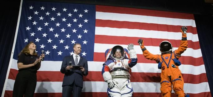 짐 브라이든스틴 NASA 국장(왼쪽에서 두 번째)과 우주복 엔지니어 에이미 로스(왼쪽)가 15일 (현지시간) 새 우주복을 공개했다. NASA 존슨스페이스센터의 우주복 엔지니어 크리스틴 데이비스(왼쪽에서 세 번째)가 xEMU를, 또다른 엔지니어 더스틴 고멧(왼쪽에서 네 번째)이 OCSS를 착용했다. NASA 제공.