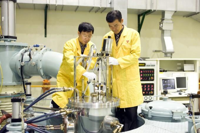 한국원자력원구원이 전세계에서 유일하게 고농축우라늄 사용을 최소화할 수 있는 ′원심분무 우라늄 몰리브덴(U-Mo) 핵연료 기술′을 개발하는 데 성공했다. 연구원은 이 공로로 21일 미국 핵안보청(NNSA)으로부터 감사패를 전달받았다. 한국원자력원구원 제공