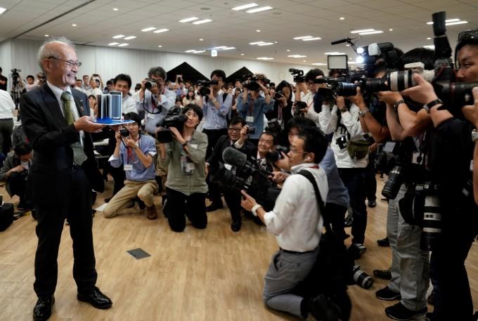 요시노 아키라 일본 메이조대 교수가 노벨물리학상 발표 후 취재진에 둘러 쌓여 있다. AP/연합뉴스