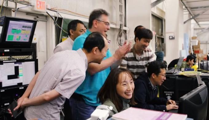 9월 18일 코로나그래프가 성공적으로 기구에 실려 올라간 뒤 태양 관측 데이터를 보내왔다는 사실을 확인하고 한미 연구팀이 환호하고 있다. NASA 제공