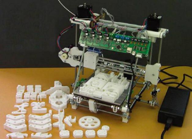 아드리안 보이어 박사가 복제한 다윈 3D 프린터. 서있는 기계가 다윈이고, 아래 부품들은 다윈이 복제한 자신의 부품들이다. Adrian Bowyer 제공