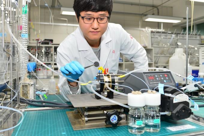 KIST 청정에너지연구센터 연구원이 구리 금속에 금속산화물을 도입한 촉매를 이용, 이산화탄소를 에틸렌·에탄올 같은 탄소화합물 원료로 전환하는 실험을 하고 있다. KIST 제공.