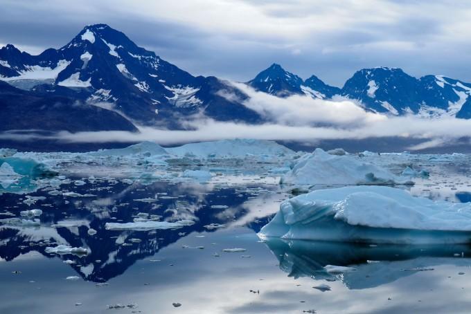 헬헤임 빙하에서 떨어져 나온 얼음조각들이 바닷물 위로 둥둥 떠다니고 있다. 사이언스 제공