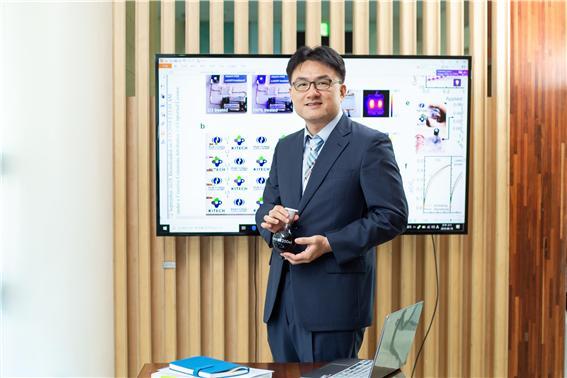윤창훈 수석연구원이 투명전극 제작에 사용되는 PEDOT:PSS 용액을 보여주고 있다. 생산기술연구원 제공.
