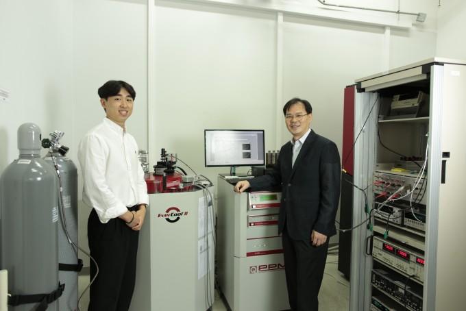 최대성 UNIST 신소재공학부 연구원과 유정우 교수팀이 두 가지 서로 다른 물질을 붙여 경계명에서 보이는 특수한 현상으로 전류 방향을 통제할 가능성을 제기했다. UNIST 제공