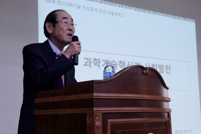 윤 전 부회장은 인류의 역사부터 미래에 이르기까지 다양한 주제로 강연을 이어갔다. 조승한 기자 shinjsh@donga.com