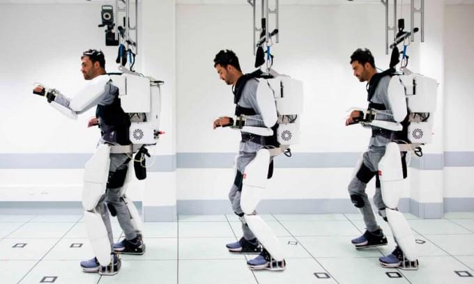 사지가 마비된 한 28세 남성이 뇌 신호로 움직이는 엑소스켈레톤을 입고 성공적으로 움직였다. 프랑스 그르노블대 제공