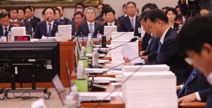 국정감사에서 여야 위원들이 피감기관 국정감사 자료를 살펴보고 있다. 연합뉴스 제공